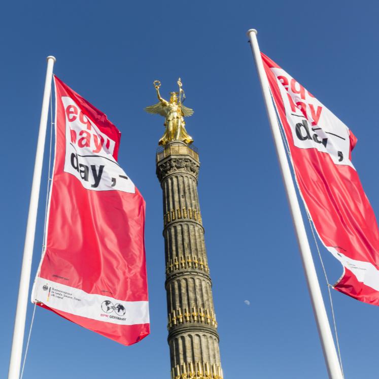 """equal pay day 2016 – fahnenaktion an der berliner siegessäule """"berufe mit zukunft"""" – unter dem motto: """"was ist meine arbeit wert?"""", bpw germany"""